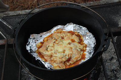 ダッチオーブン料理「ピザ」